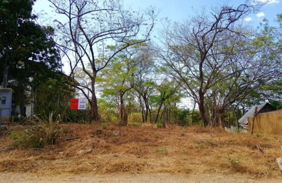 Lote Mot Mot 7 – Residential lot bordered by protected natural area, a short walk to Tamarindo beach
