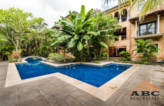 La Esquina #2 – Immaculate ground floor condominium just steps away from Langosta Beach